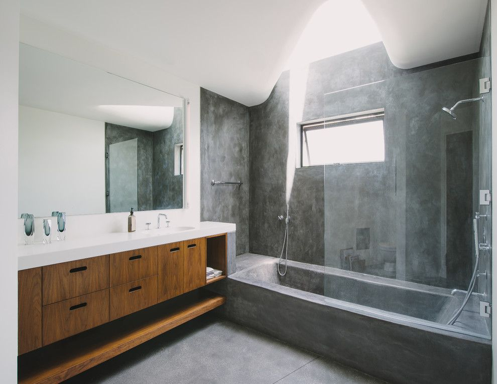 Asphalt vs Concrete for a Modern Bathroom with a Bathtub and Green Greenberg Green House by NEW THEME Inc.
