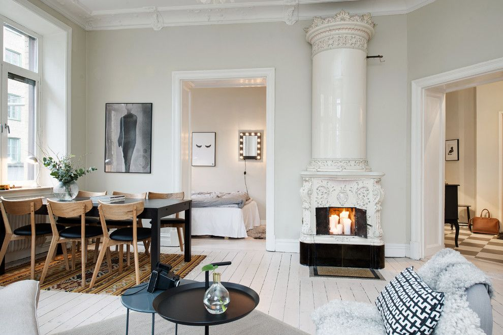 Corinthian Column for a Scandinavian Living Room with a Crown Molding and Nordenskiöldsgatan 5 by Kristina Cuvier