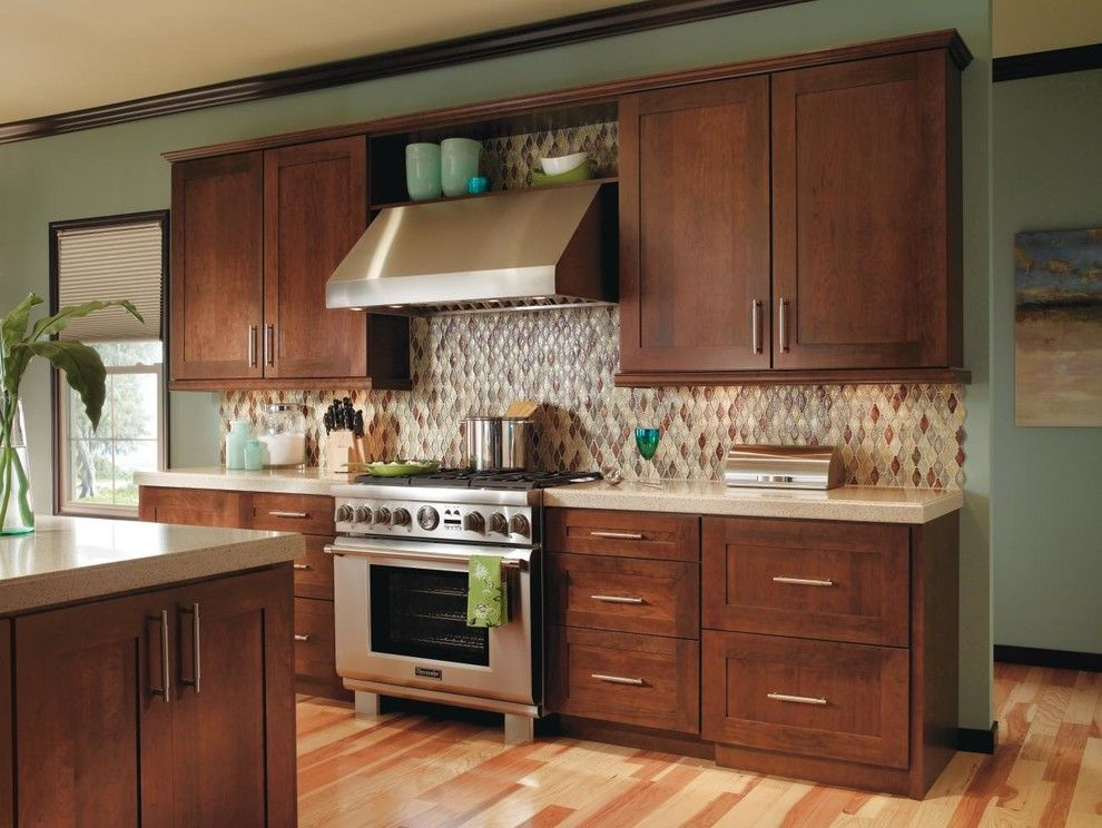 Decora Cabinets for a Traditional Kitchen with a Kitchen Island and Decora Kitchen Cabinets by Masterbrand Cabinets, Inc.