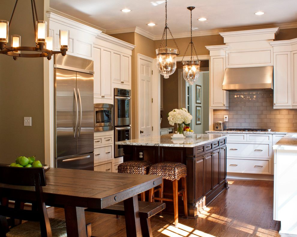 Delicatus White Granite for a Traditional Kitchen with a Range Hood and the Great Spaces! Kitchen by Great Spaces!