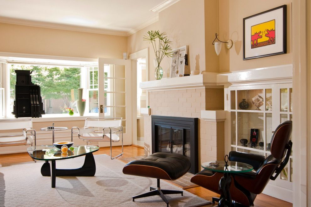 Dunn Edwards Swiss Coffee for a Contemporary Living Room with a Wall Sconce and Nelson House Wolfe & Wolfe Home by Bernardo Grijalva Photography