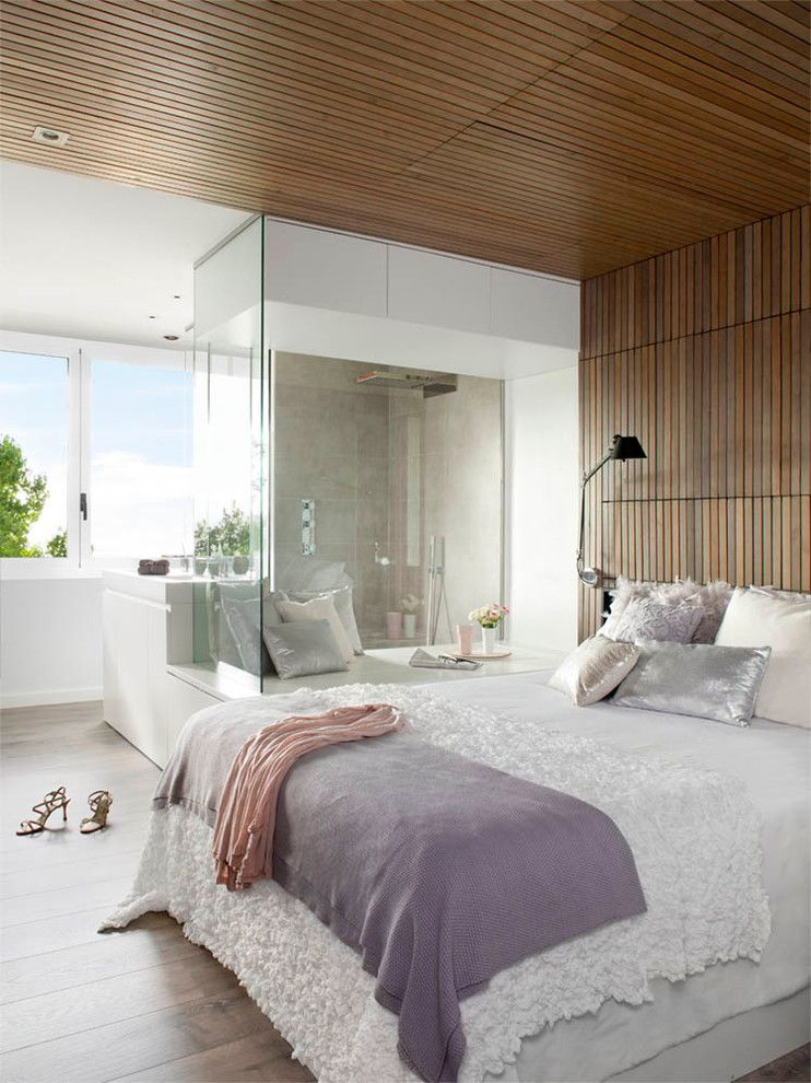 Ebby Halliday Plano for a Modern Bedroom with a Metallic Pillows and Transversal Expression – House in Barcelona by Opad