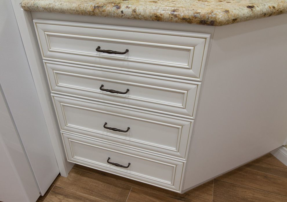 Homecrest Cabinetry for a Traditional Kitchen with a Tile Kitchen Backsplash and Homecrest, Madison, Maple, Alpine Linen by Kitchens Etc. of Ventura County