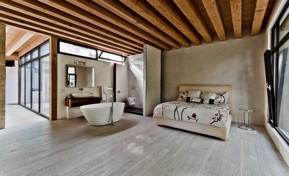Kiva Kitchen and Bath for a Modern Bedroom with a Wood Flooring and Ecologia House by Wetstyle