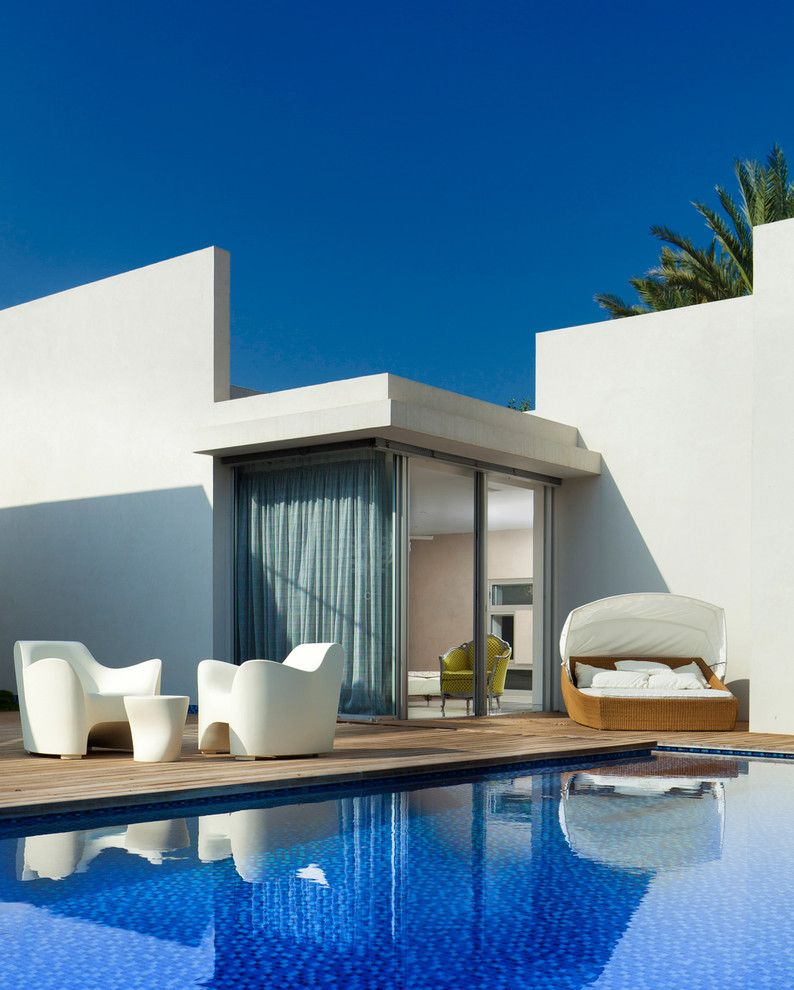Mor Furniture for a Modern Pool with a Drapes and Exterior by Elad Gonen