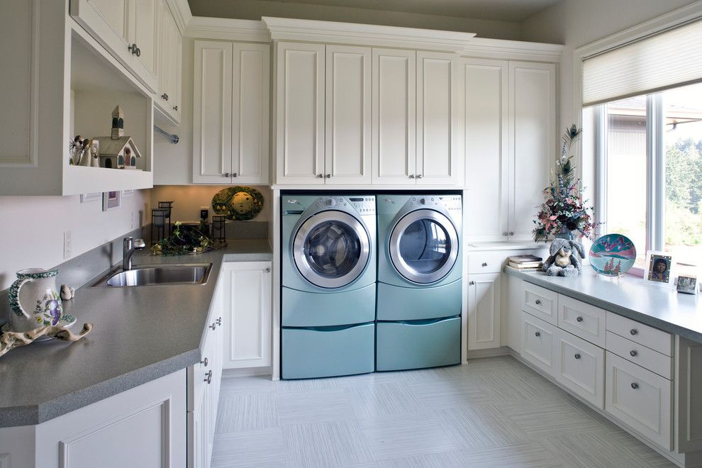 Sherwin Williams Alabaster for a Traditional Laundry Room with a Mud Room and Kelly by Kaufman Homes, Inc.