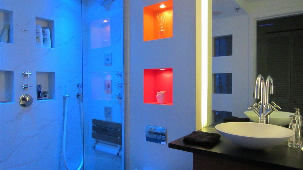 Triangle Bulbs for a Modern Bathroom with a Modern and Bauhaus 1 Bathroom by Holger Hoos Design