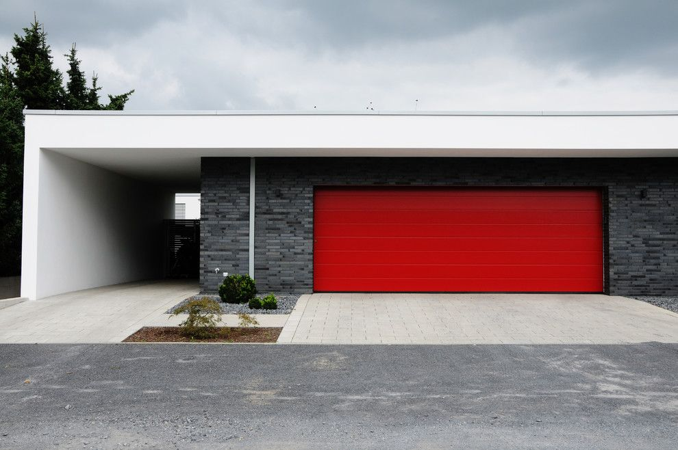 Klinker Brick for a Modern Garage with a Kiesbett and Villa in Krefeld by Plus4architekten