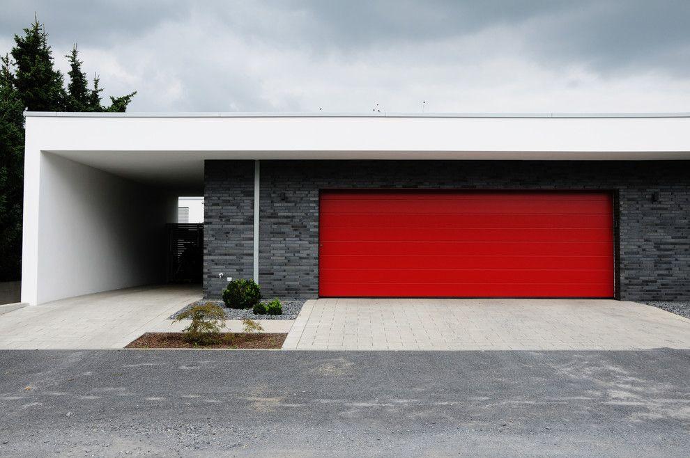 Klinker Brick for a Modern Garage with a Kiesbett and Villa in Krefeld by Plus4architekten