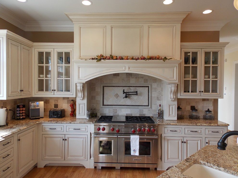 Cincinnatian Hotel for a Traditional Kitchen with a Alabaster with Sicilian Umber Glaze and Kitchen Photos by Hagerstown Kitchens Inc.