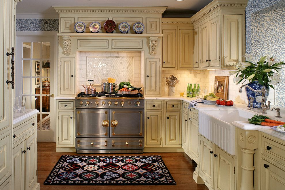 Paramus Lighting for a Traditional Kitchen with a Cornufe and English Style in Ridgewood by Kuche+Cucina