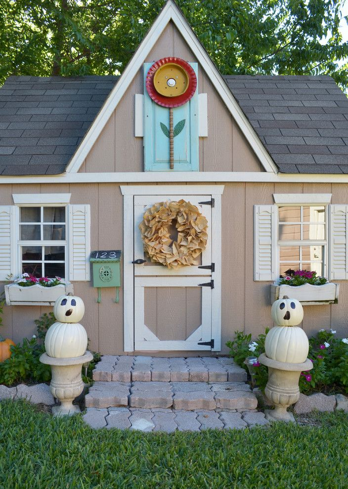 Proflower for a Traditional Landscape with a Beige Siding and Dallas, Tx: James & Lynsey Purl by Sarah Greenman