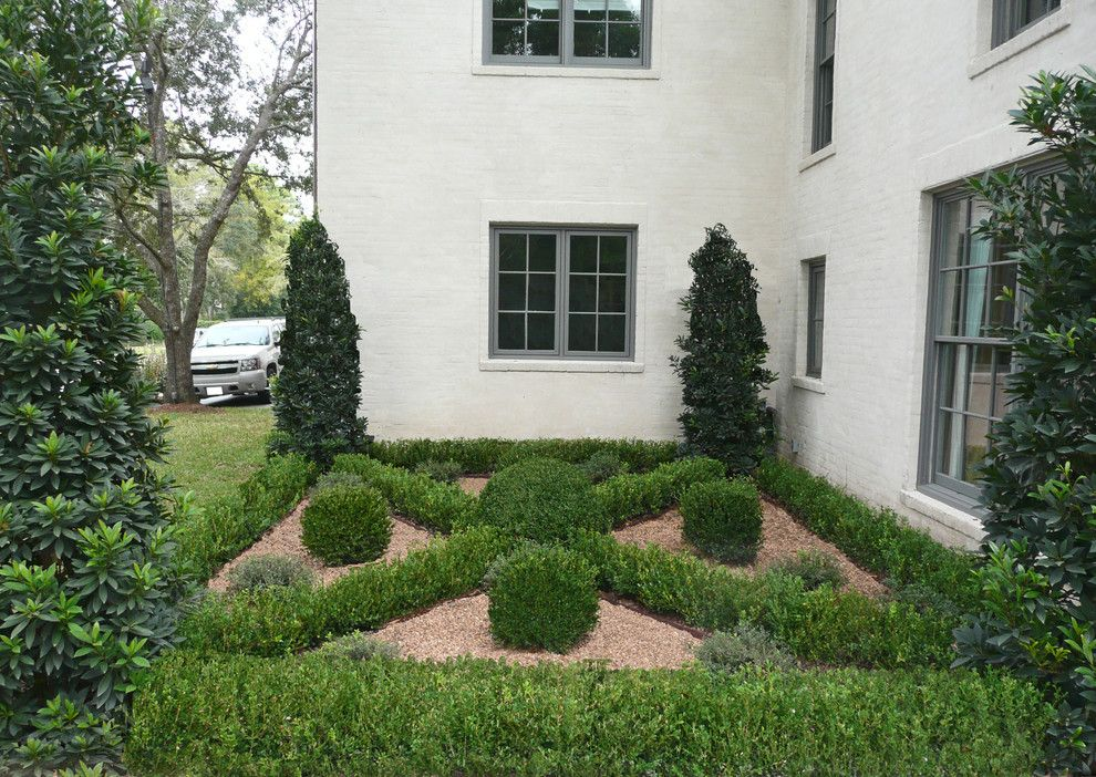 Torchere for a Traditional Landscape with a Boxwood and Mockingbird and Del Monte by Baldridge Landscape