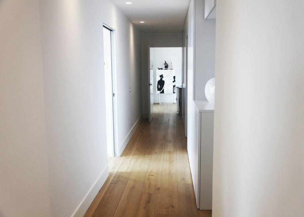 Woodco for a Contemporary Hall with a Pavimenti and Ristrutturazione Villa Con Con Parquet Must by Woodco